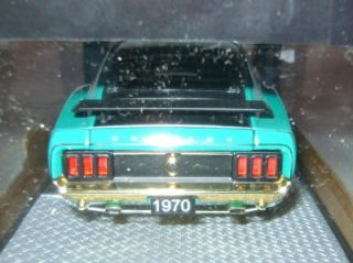 1970 70 Ford Mustang Boss 302 M2 Machines Chase 1 24