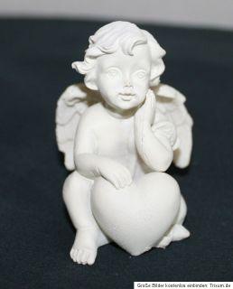 Engel sitzend mit einem Herz, aus Polyresin, vier Varianten