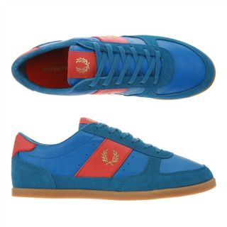 , rouge et doré. La basket griffée Fred Perry 52 version flashy